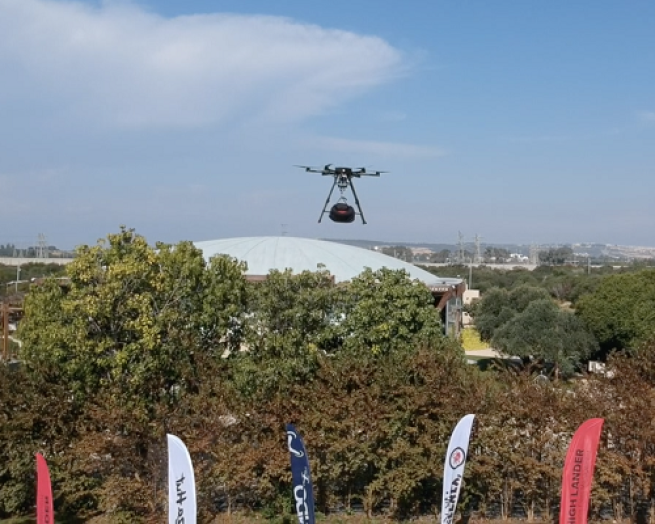 a propeller plane that is flying in the sky delivering pizza in Israel